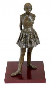 Bronzeskulptur auf rotem Holzsockel - Vierzehnjährige Tänzerin - Edgar Degas - signiert